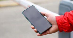 الطريقة التي تمسكون بها هاتفكم تخبر الكثير عن شخصيتكم