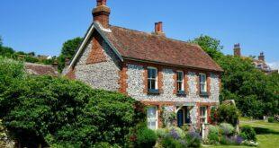 """عائلة بريطانية تكتشف """"غرفة سرية"""" بمنزلهم تحوي """"كنوزا"""""""