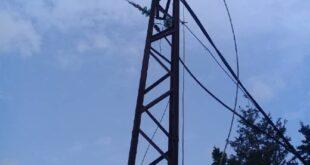 طفل مهدد ببتر أطرافه بسبب سلك كهربائي.. ومدير الكهرباء: صعد للعمود وعبث بالأسلاك!