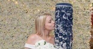 فتاة إنجليزية تتزوج من سجادة بعد علاقة حب دامت لأكثر من عام وسط حضور الأصدقاء !!