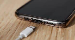 بعض مستخدمي هواتف آيفون يشتكون من مشكلات في نفاد شحن أجهزتهم بسرعة!
