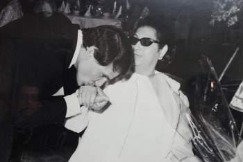 عبد الحليم حافظ يُقبّل يد أم كلثوم في صورة نادرة