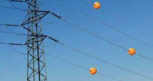 ما هي تلك الكرات الملونة الموصولة بخطوط الكهرباء ؟
