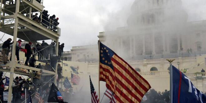 أمريكي يرسل صورته خلال اقتحام الكابيتول إلى الـFBI!!