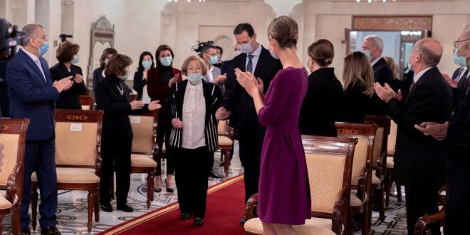الرئيس الأسد يقلد وساماً رفيعاً لثاني أقدم مسؤولة على رأس عملها في سوريا