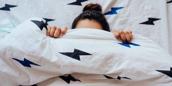 كيف تجعل نفسك تغرق في النوم في دقيقة واحدة فقط