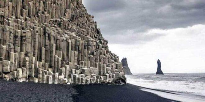 """شاطئ الجن في أيسلندا.. عالم """"مسحور"""" من الجبال والرمال السوداء"""