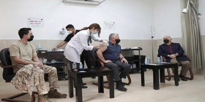 ملك الأردن يكشف عن أعراض لازمته يومين بعد تلقي لقاح كورونا