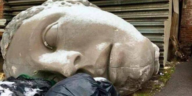 تمثال رأس غامض يباغت مدينة بأكملها