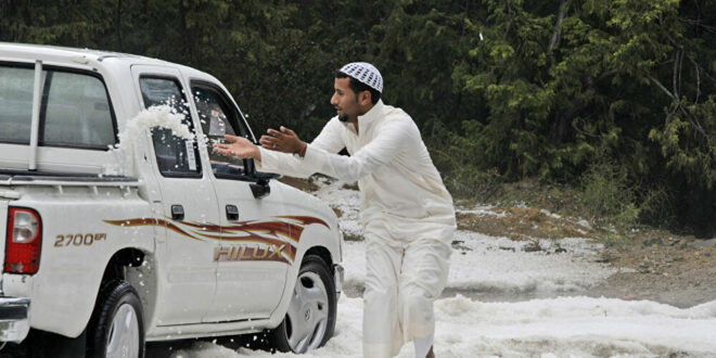 في حدث تاريخي السعوديون يحتفلون بالثلوج.. شاهد!