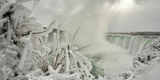 أرض العجائب الشتوية... شلالات نياغارا تتحول إلى كتل جليدية