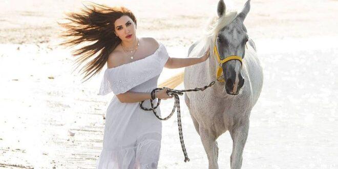 مع الخيل والبحر.. نسرين طافش فارسة في أحدث جلسة تصوير