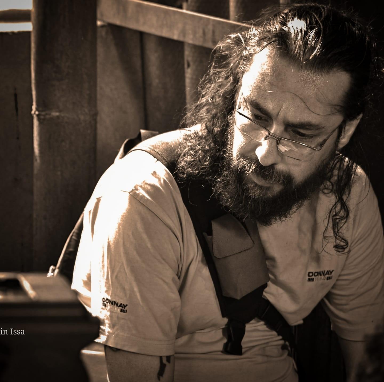 كاتب سوري شهير ينجو وعائلته من الموت بعد إحتراق منزله - بالصور