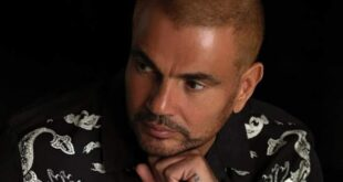 شبيه عمرو دياب.. لن تصدق ملامحه ويتلقى العروض