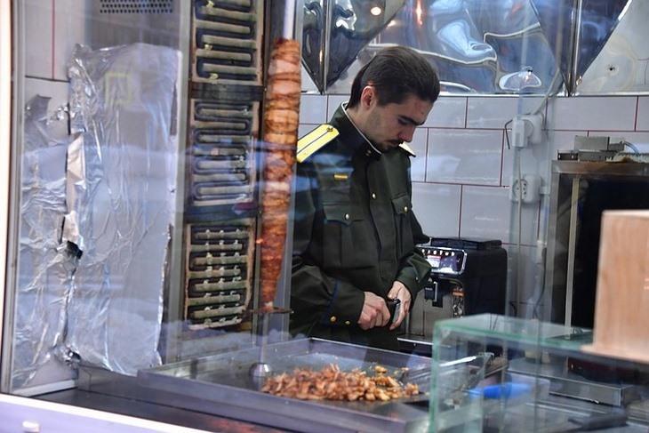 شاورما ستالين.. يغلق أبوابه بعد يوم واحد فقط من الافتتاح في موسكو