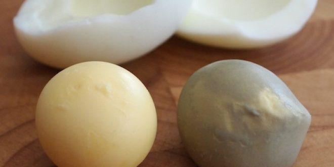 لماذا يتحول لون صفار البيض إلى الأخضر عند سلقه أكثر من اللازم