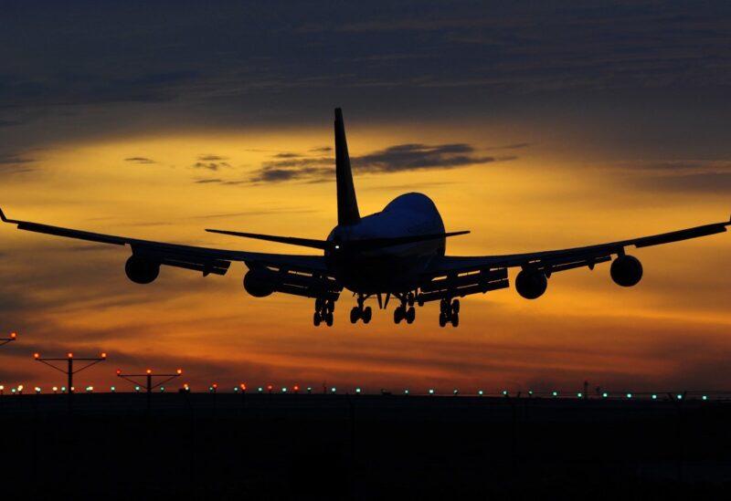 مراهق ينجو بأعجوبة بعد تشبثه بطائرة على ارتفاع 19 ألف قدم!