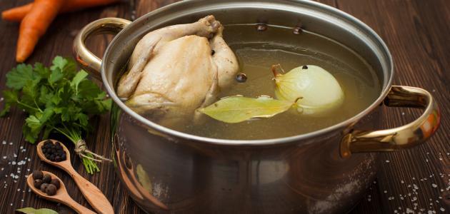 لن تصدق.. فوائد غير متوقعة لـ ماء سلق الدجاج ستجعلك تتناولها يومياً