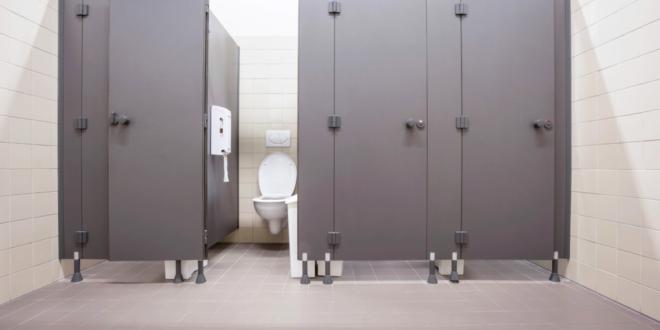 لماذا تكون أبواب الحمامات العامة قصيرة؟