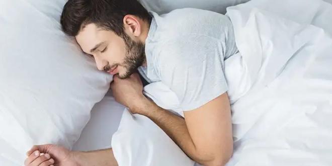 لن تتخيّل ماذا يحدث لجسدك عند النوم بعد منتصف الليل.. ستصدمك الحقيقة