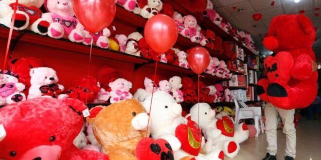 امرأة تمنح زوجها هدية غريبة في عيد الحب وتحصد أكثر من 4 ملايين مشاهدة!