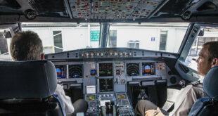 قطة تهاجم كابتن طائرة عربية أثناء تحليقها بين أفريقيا والخليج... صور