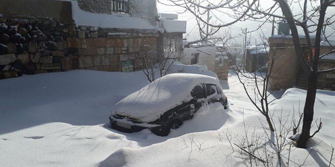 """""""تويوتا برادو"""" تقطر صهريجا ضخما علق وسط الثلوج السورية... فيديو"""