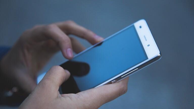 تطوير تقنية لشحن الهواتف الذكية بواسطة ألواح شمسية شفافة مخفية في الشاشة