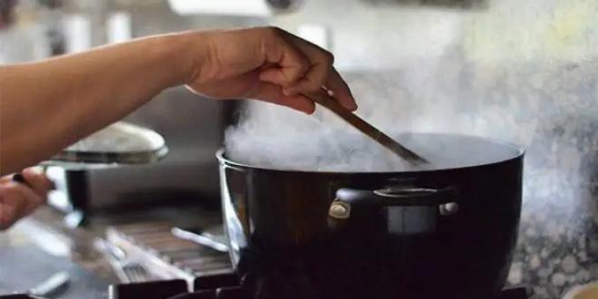 تدمر صحتك.. أطعمة تشكل خطراً إذا لم تُطبخ جيداً