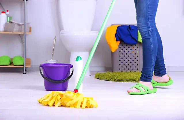 في لمح البصر.. أسهل طريقة لتنظيف أرضيات الحمام من الترسبات والصدأ