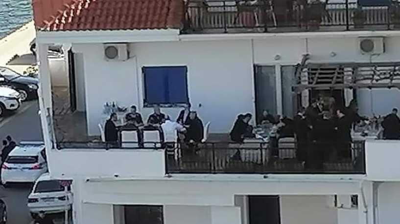 يفرض على شعبه الحظر ويقيم هو مأدبة! صورتان تثيران غضباً ضد رئيس وزراء اليونان