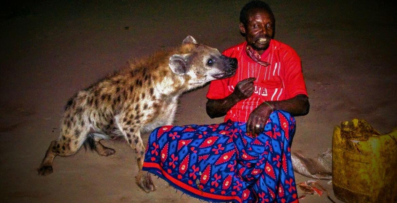 """يكسرون السيوف بأسنانهم.. """"رجال الضبع"""" في نيجيريا شعب لديه قدرات خارقة للطبيعة"""