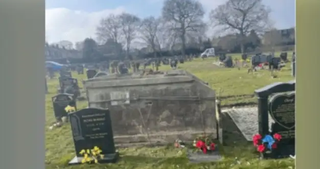 شابة تصدم بعد زيارة قبر والدتها لهذا السبب