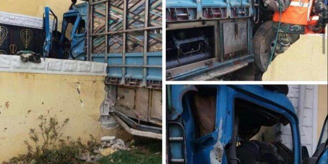 شاحنة تصطدم بأحد المنازل على طريق حمص تدمر مخلفة وفاة وعدة إصابات