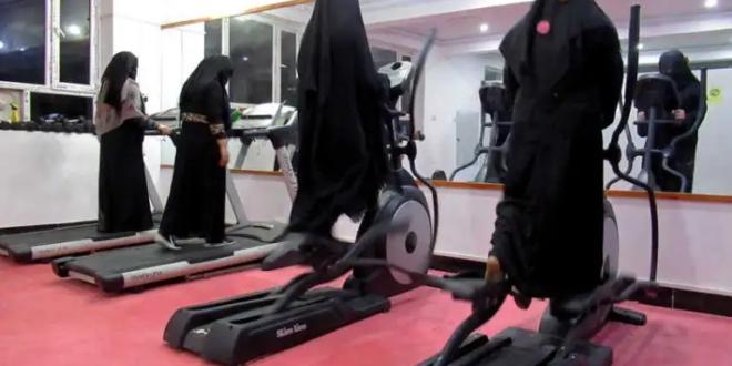 نادي رياضي نسائي يرتدين عباءات ونقاب