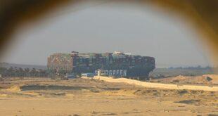 تشغيل محركات السفينة الجانحة في قناة السويس بعد إعادة تعويمها
