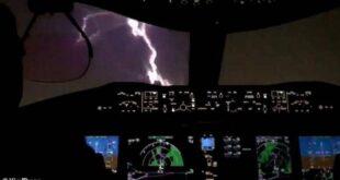 صاعقة برق تضرب طائرة ركاب