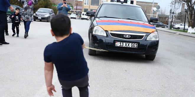 طفل معجزة يجر سيارتين بإصبعين ويسجل رقما قياسيا