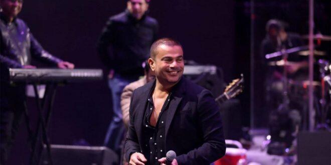 عمرو دياب يسقط أرضا خلال حفل غنائي بالقاهرة