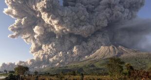 بركان في إندونيسيا ينفث سحابة من الرماد لارتفاع 5 كيلومترات (فيديو+صور)