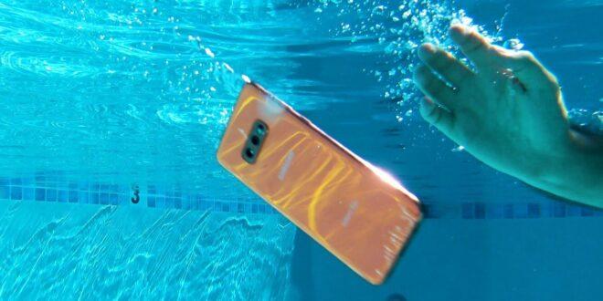 5 طرق لإنقاذ الهاتف بعد وقوعه في الماء