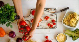 """متصل يتطاول على مقدمة برنامج طبخ مباشرة على الهواء: """"أكلك معفن""""! (فيديو)"""