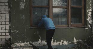لص يعلق بنافذة أثناء هروبه وينتظر الأطباء لتخليصه... فيديو