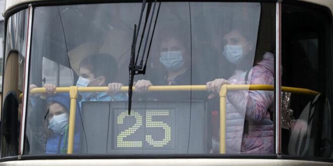"""امرأة شرسة """"تعض"""" سائق حافلة طلب منها ارتداء الكمامة... فيديو"""