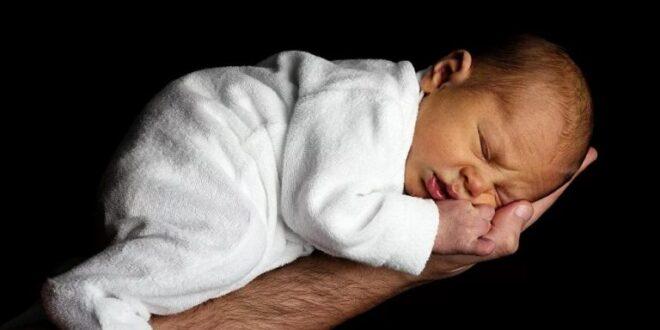 سيدة تحمل بطفلها الثاني بينما لم تنجب الأول بعد