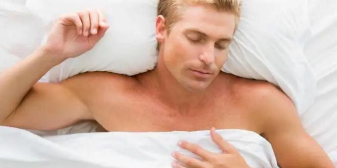 لا تتجاهلها.. 8 فوائد صادمة للنوم من دون بيجاما ستصيبك بالدهشة