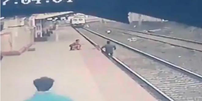 شاهد بالفيديو سوبر مان الهند.. شاب ينقذ طفلاً من أمام عربة قطار مسرعة