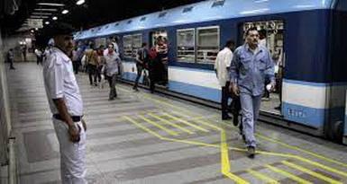 شاب مصري يخلع ملابسه داخل محطة مترو في القاهرة