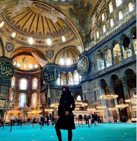 ليز ان في المسجد