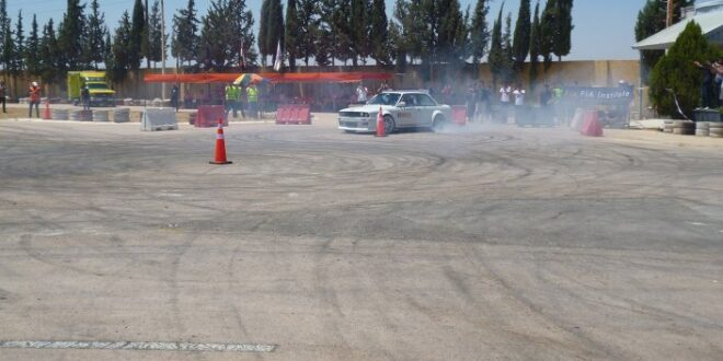 سيارة سباق تطير مباشرة على حشد من الجمهور... فيديو